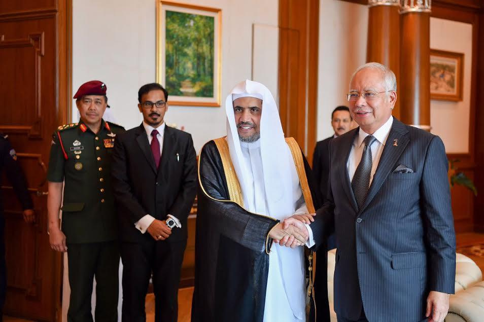 صورة ماليزيا تكرم وتمنح رئيس رابطة العالم الاسلامي وسام الشرف الملكي