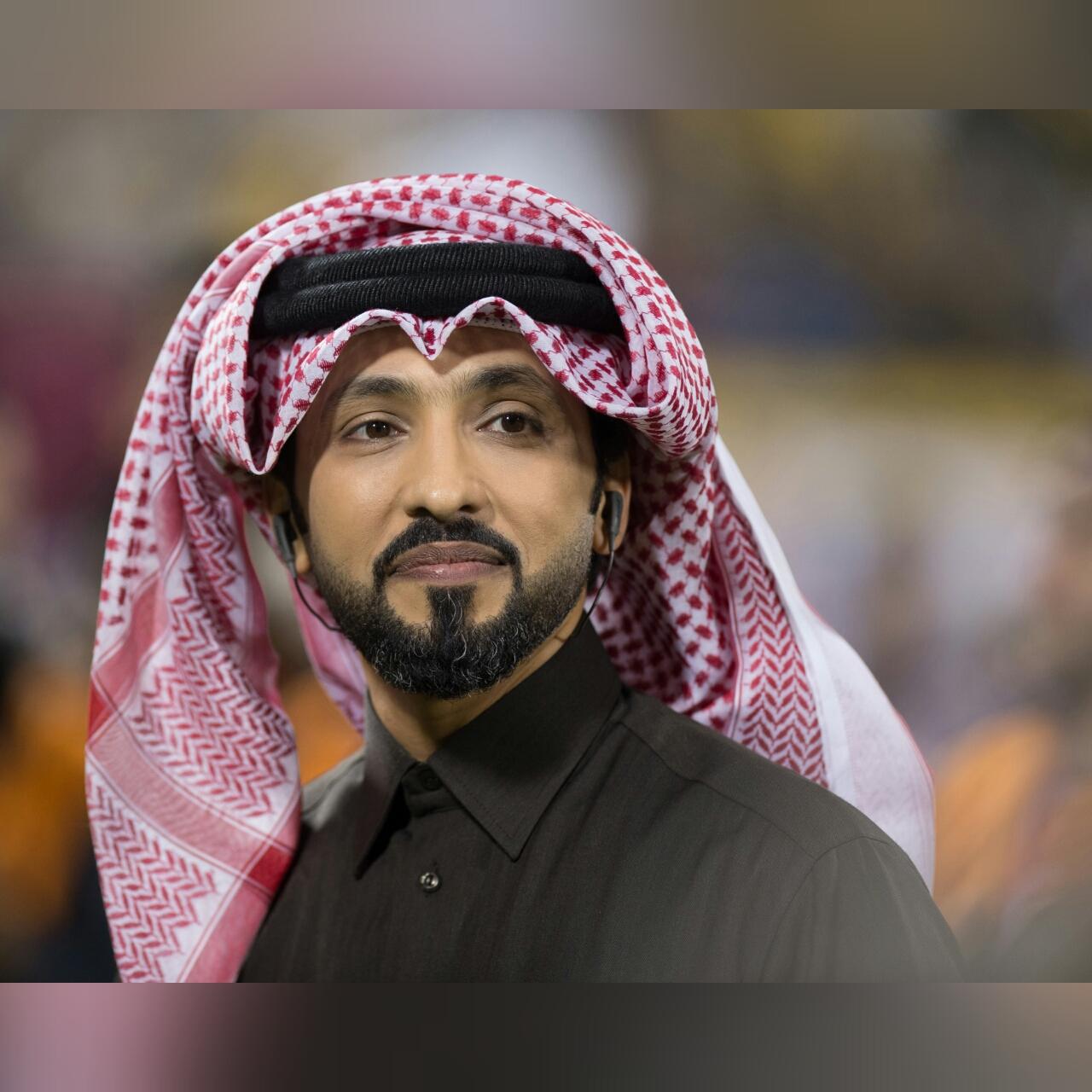 صورة فهد الكبيسي يغني بين شوطي مبارة برشلونة  والأهلي السعودي