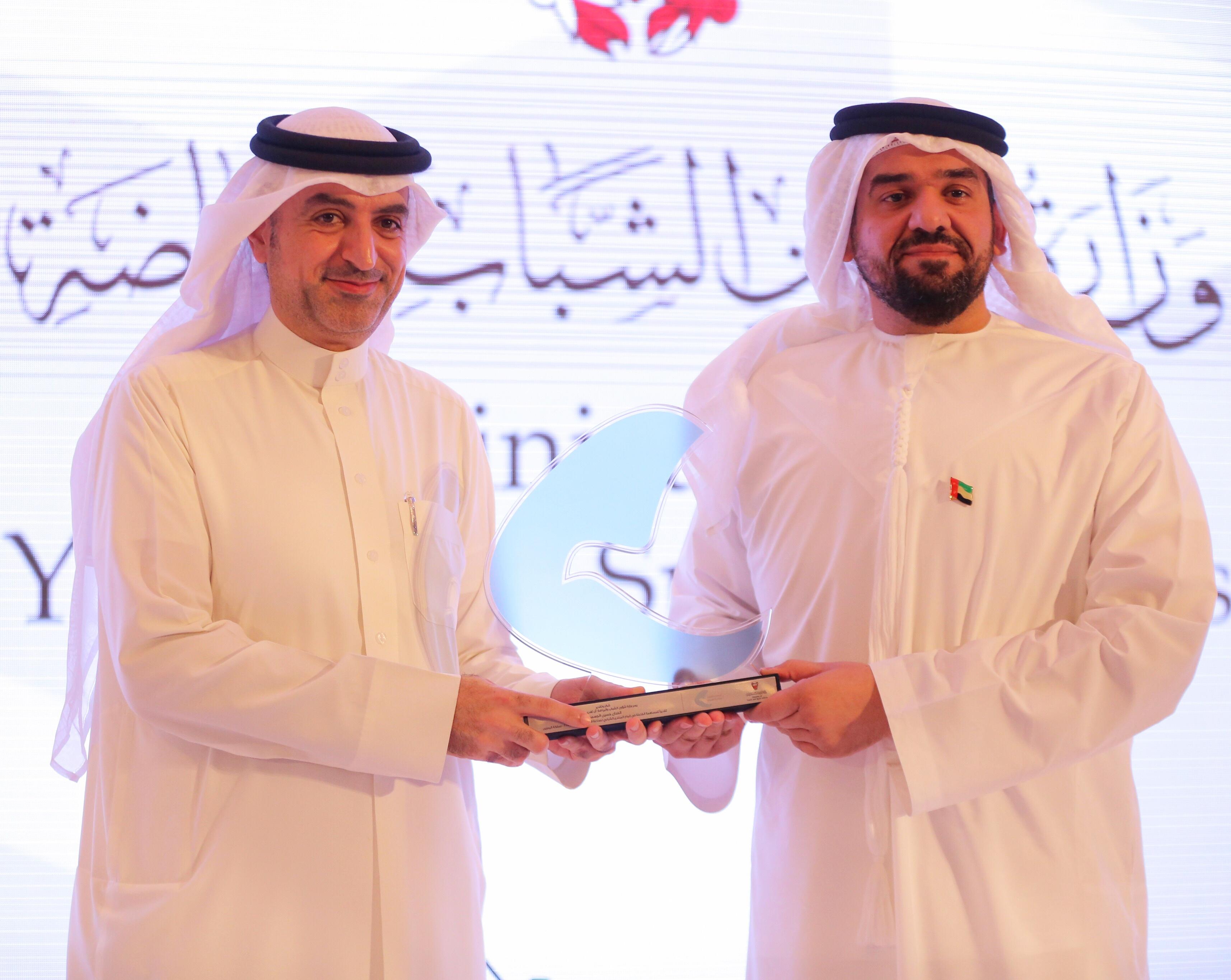 صورة حسين الجسمي متحدثا في المنتدى الشبابي لصناعة السلام في البحرين