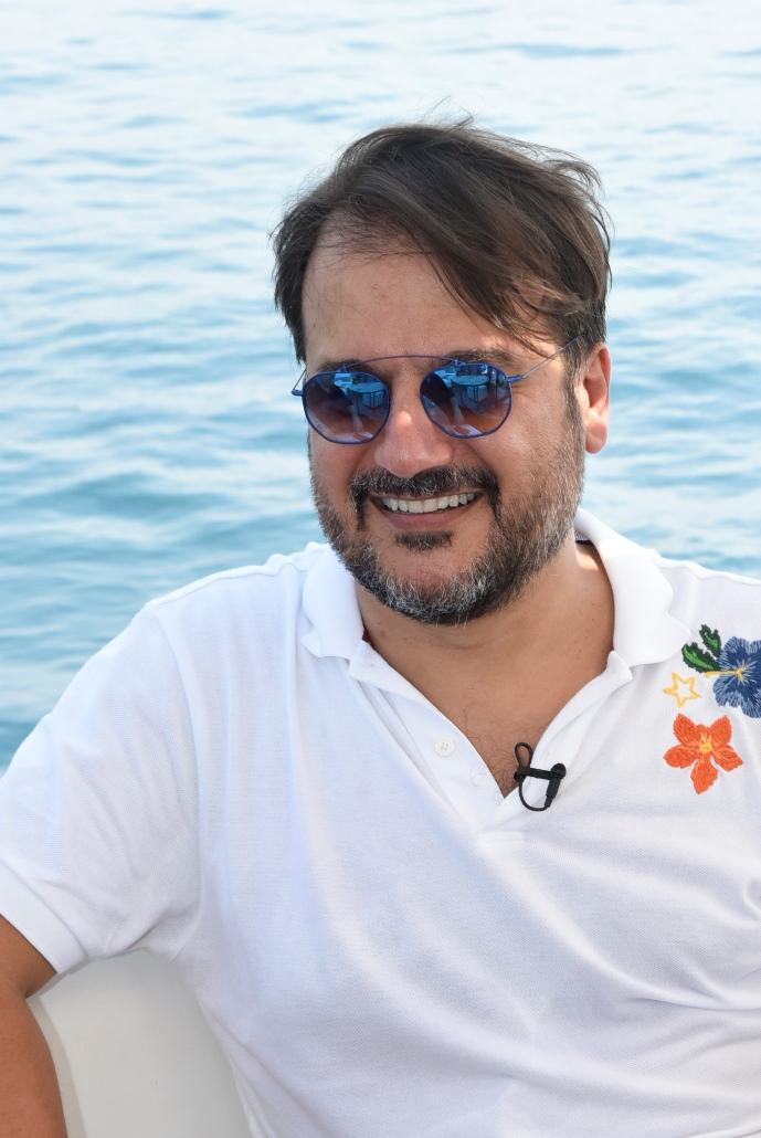 صورة جان ماري رياشي في اضخم مشروع لمواهب الغناء مع آوت اوف ذا بلو بشكل خارج علي المالوف