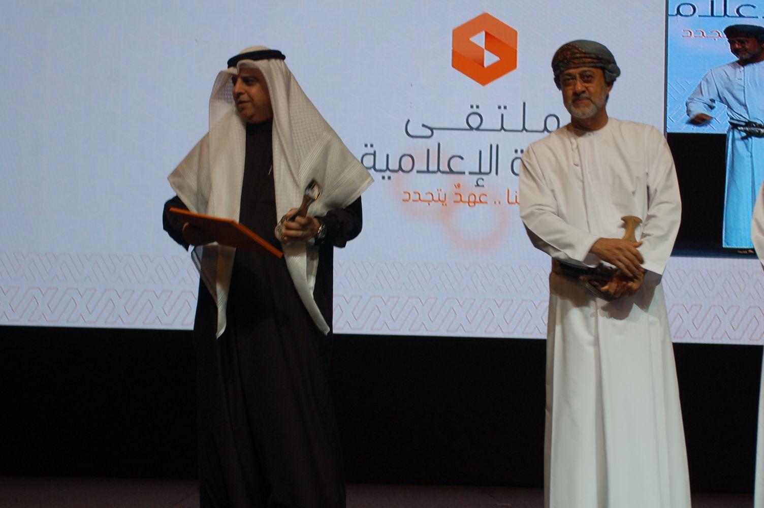 صورة اعلام السلطنة يكرم اعلام الخليج