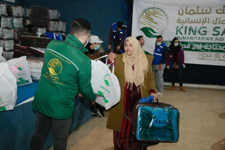 صورة مركز الملك سلمان للاغاثة والاعمال الانسانية يختتم مشروع دعم الفئات المحتاجة بفصل الشتاء