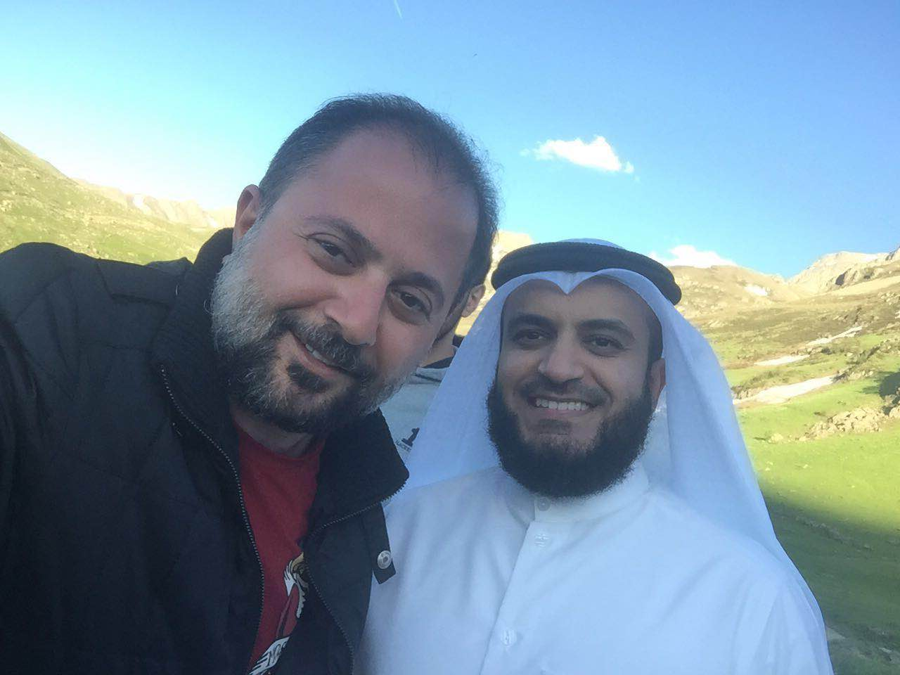 صورة علاء الأنصاري و الشيخ مشاري العفاسي الى أقرب قمة الى سماء الله …