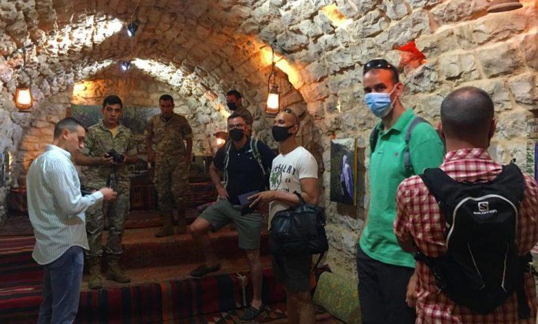 صورة زيارة عسكرية فرنسية لكهف للفنون في لبنان