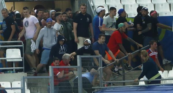 صورة جماهير روسيا تهاجم مدرجات منتخب إنجلترا