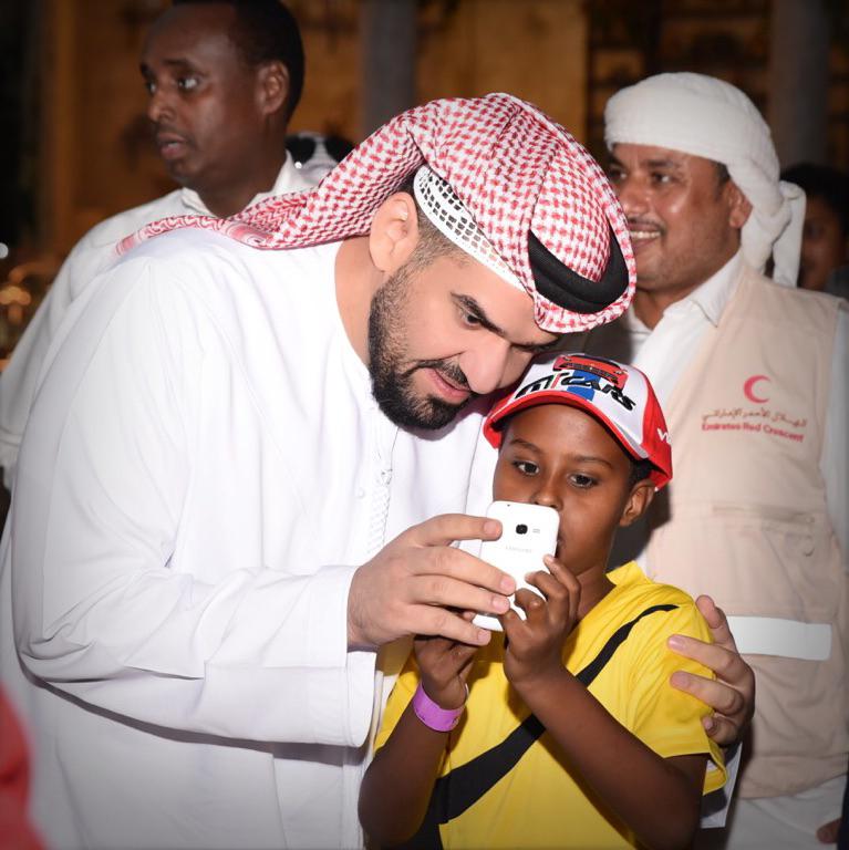 صورة حسين الجسمي يُفطر مع الأيتام وينثر الفرحة على وجوههم