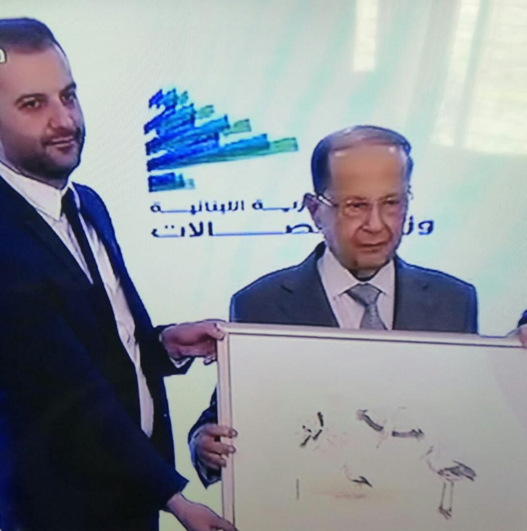 صورة الفنان جمال قضماني يرسم للبيئة طوابع بريدية برعاية رئيس لبنان