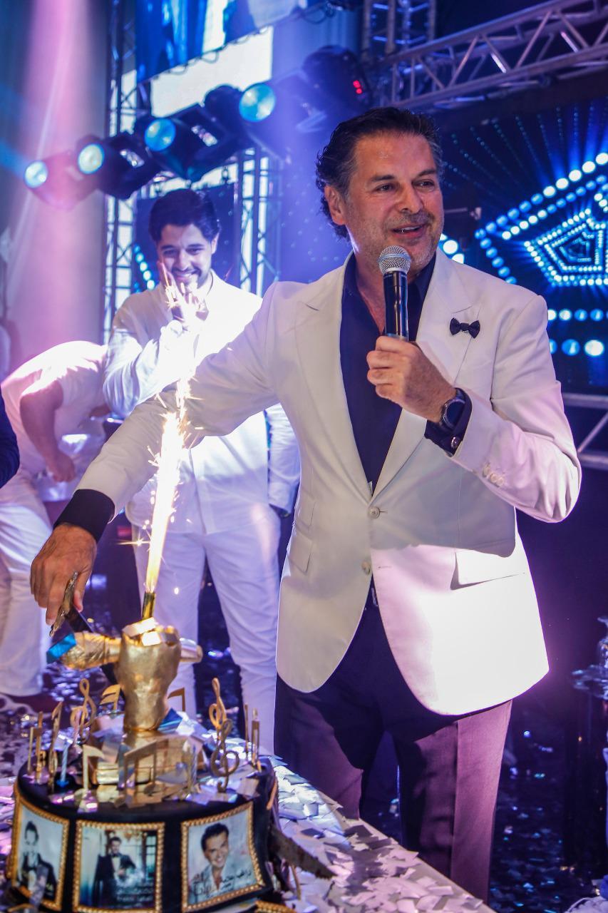 صورة السوبر ستار راغب علامة في حفل العيد بدبي يطفئ شمعة عيد ميلاده ومفاجاة وائل كفوري