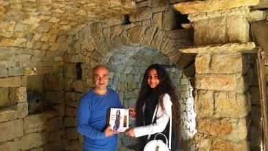 صورة رئيس جمعية كهف الفنون غاندي بوذياب يرحب بالشاعرة لودي شمس الدين