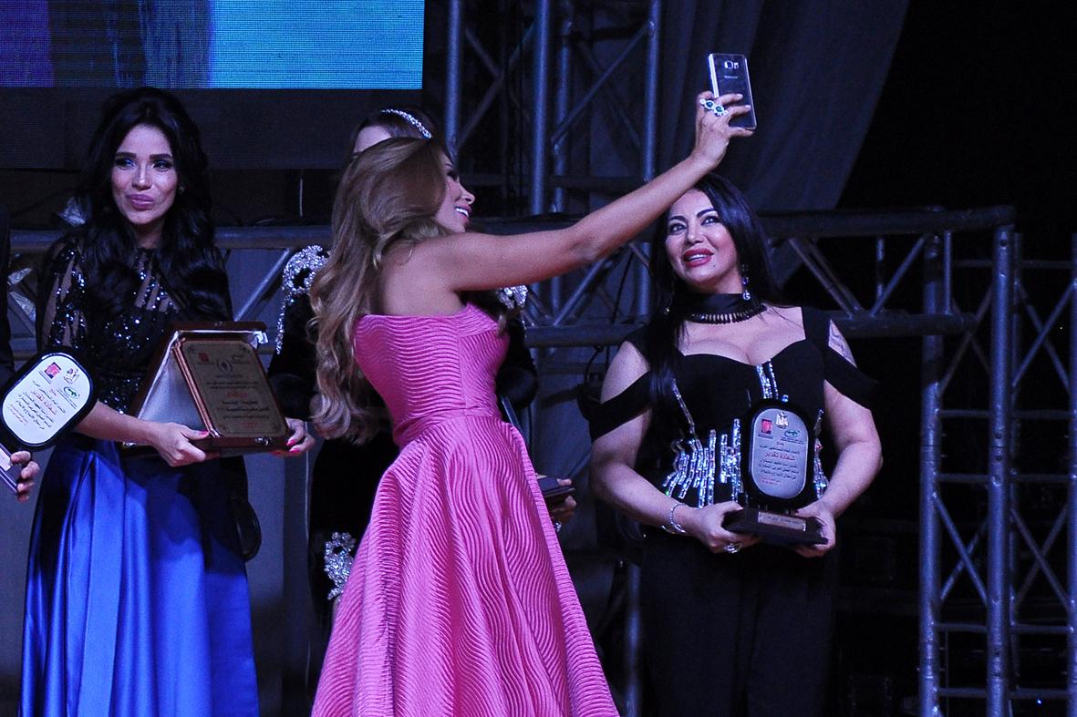 صورة اروي تحصل علي جائزة أفضل مطربة خليجية في مهرجان الاغنية المصورة
