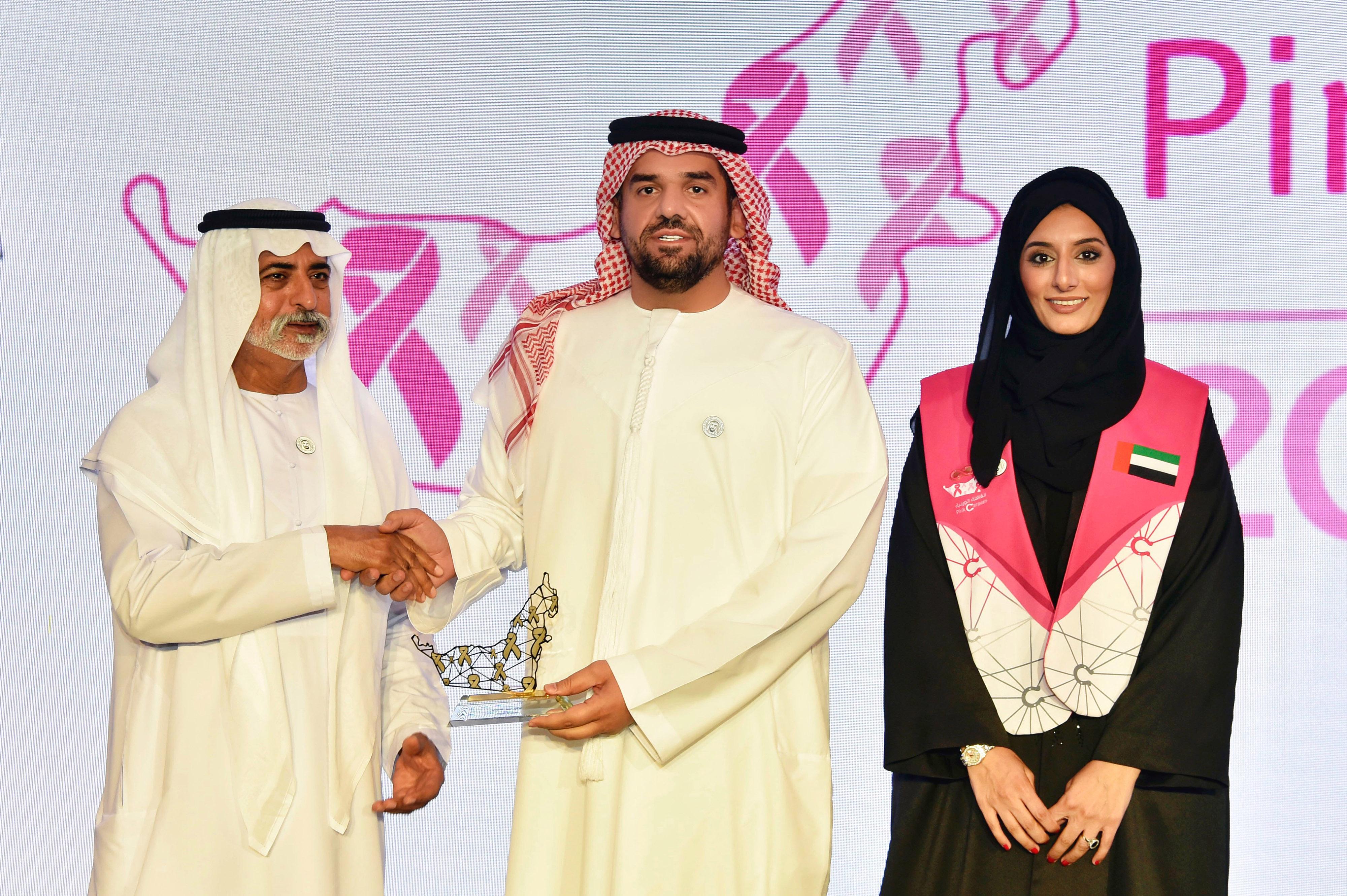 صورة تكريم حسين الجسمي كسفير للقافلة الوردية في مهرجان الوحدات المساندة للرماية