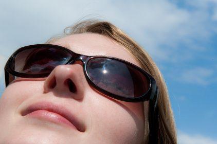 صورة ما مواصفات النظارة الشمسية المثالية؟