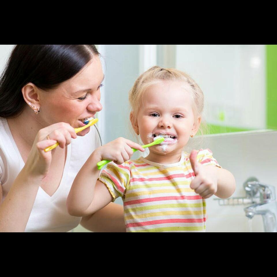 صورة كيف تقومين بتعويد طفلك على تفريش أسنانه؟